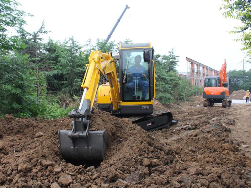 小型履带式挖掘机施工现场